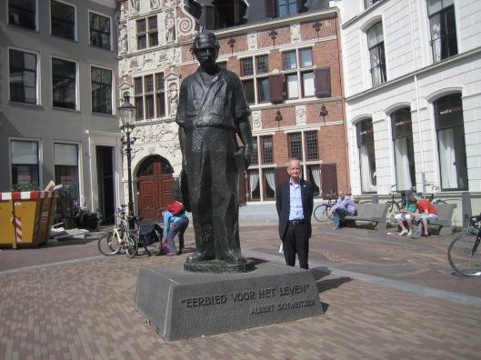 Hans Krol bij het standbeeld van Albert Schweitzer tijdens Deventer Boekenmarkt 2 augustus 2015