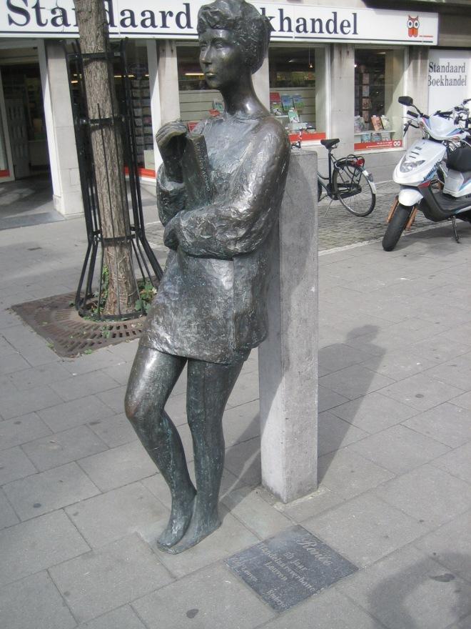 Beeld van een lezende vrouw in de Naamsestraat te Leuven