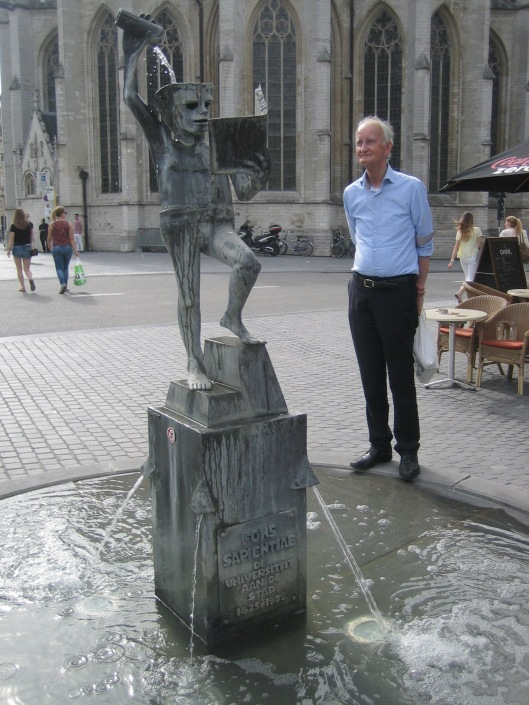 Hans Krol bij beeld van Fons Sapientiae in Leuven, 11-8-2015