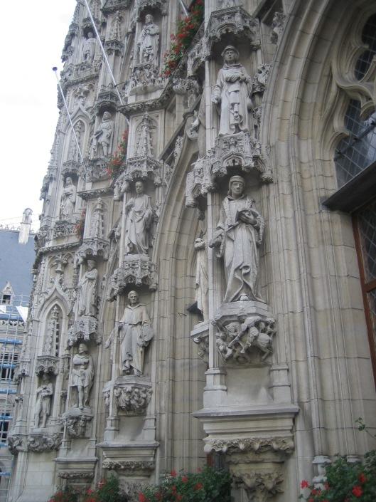 Rechtsonder beeld van Erasmus aan de voorgevel van het historisch stadhuis in Leuven