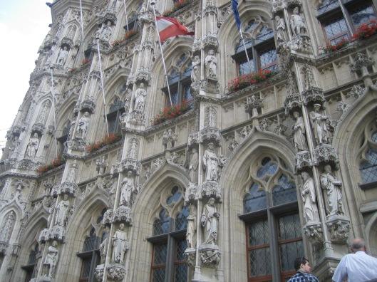 Van de 246 beelden aan de gevel van het stadhuis in Leuven (uit de 19e en 20e eeuw) van geleerden, bijbelfiguren etc. zijn er enige tientallen met een boek in de hand
