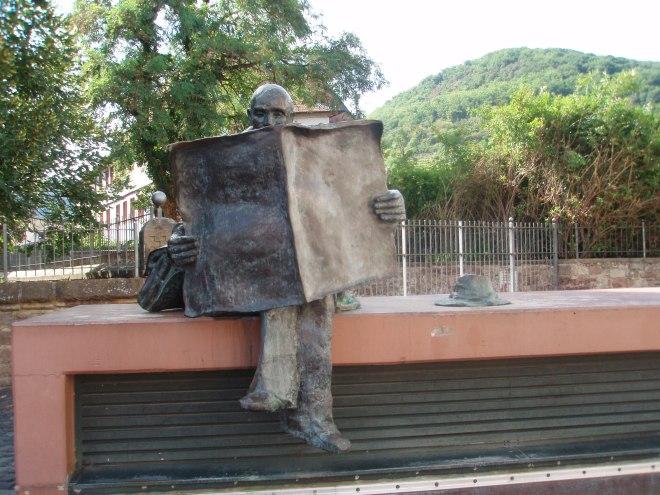 'Der Zeitungsleser' , sculptuur in Speyer, Pfalts, Duitsland