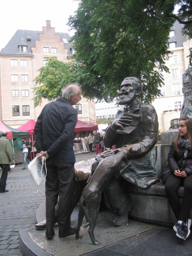 Hans Krol, 1 september 2015 naast zijn favoriete beeld nabij de Grote Markt van Brussel, niet van Karl Marx maar van Karel Buls, burgemeester van Brussel van 1881 tot1899.