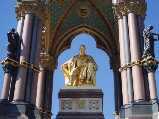 'Albert Memorial' Beeld in brons, in een granieten koepel. gelegen in de Kensington Tuinen nabij de Royal Albert Hall te Londen. Een monument ter ere van de cultuurminnende prins-gemaal van koningin Victoria, prins Albert van Saksen-Coburg (1819-1861). In zijn rechterhand houdt hij een boek vast.