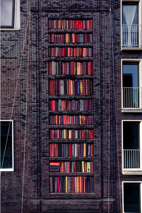 Nog een afbeelding van 'de boekenkast' in de Lootsstraat Amsterdam, een kunstwerk vervaardigd door Sanja Medic