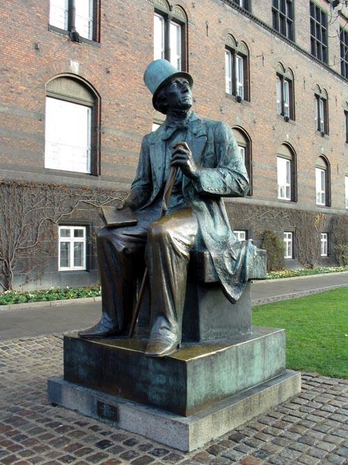 Standbeeld van sprookjesschrijver Hans Christian Andersen nabij het stadhuis in Kopenhagen, Denemarken