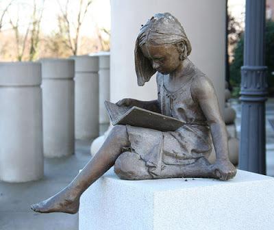 Sculptuur vervaardigd door Trena Marie Stern en Donald Hauges bij de ingang van De Anderson County Library, South Carolina, USA (Leesbeelden)