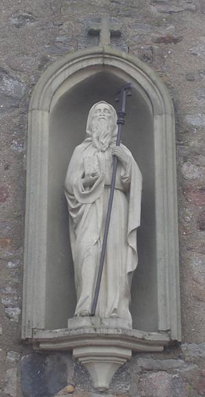 Natuurstenen H.Antonius in nis met een gesloten boek, St. Antoniuskerk Mesingen, Duitsland (Dolf Hartsuiker)
