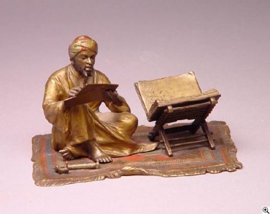 Lezende Arabier in brons
