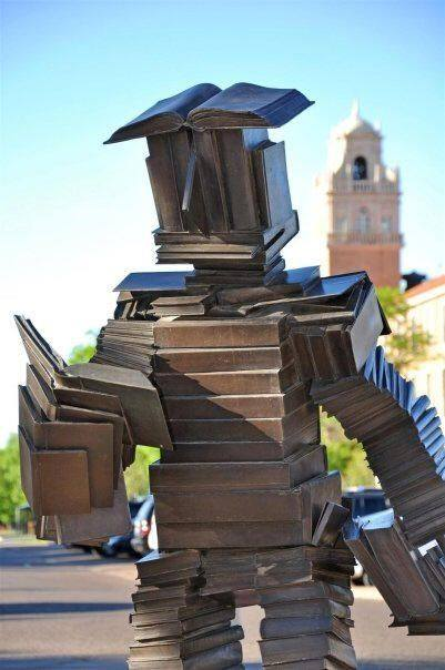 Boekensculptuur door Terry Allen bij de ingang van de Holland Library, Washington State University, USA