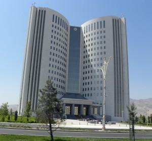Het ministerie van onderwijs in Ashgabat, Turkmenistan, gebouwd in de vorm van een open boek (foto LoKo op reis)