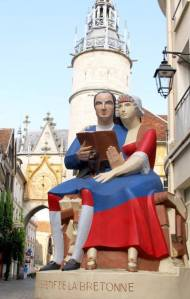Sculptuur van lezend echtpaar. Restif de Bretonne. In Auxerre, Frankrijk (Jannick Gauthier)