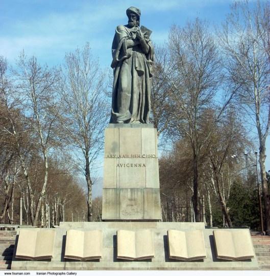 Standbeeld van wijsgeer en wetenschapper Avicenna in Tajistikan