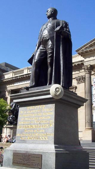 Standbeeld van Sir Redmond Barry (1813-1883), rechter en oprichter van de Melbourne Public Library, voor de State Library of Victoria, Melbourne, Australië