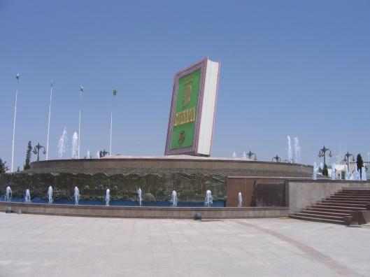 Gigantisch beeld van het boek Ruhnama, geschreven voor en door dictator Turkmenbashi in Turkmenistan. Elke avond werd het boek om 20.00 uur opengeslagen en zijn passages uit het boek gereciteerd.
