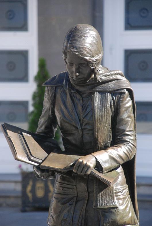Beeld van 'de eeuwige lectuur' in Oviedo, Spanje