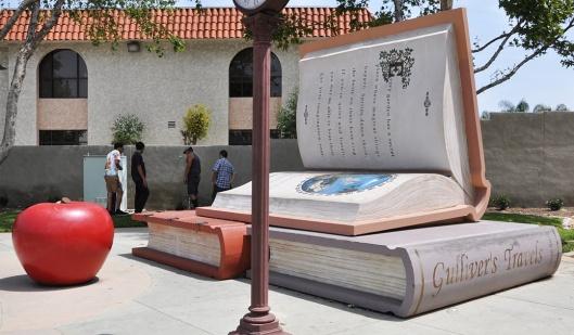 In park van de stad Bellglower, Californië, staat nbij een bibliotheek een bronzen kunstwerk dat 2 boeken verbeeld onder het motto van Cicero: 'If you have a garden and a library, you have everything you need'.