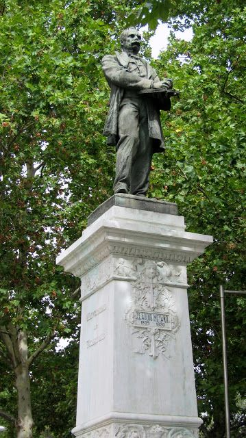 Standbeeld van Spaanse staatsman Claudio Moyano (1809-1890) in Madrid