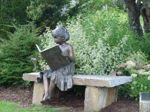 Meisje in brons met boek van de bibliotheek in Blowing Rock, North Carolina (Celine Thiria)