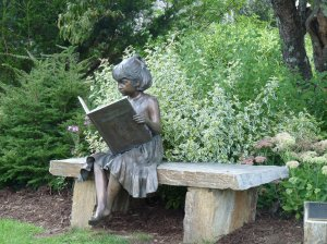 Meisje in brons met boek van de bibliotheek in Blowing Rock, North Carolina (Celine Thiria)