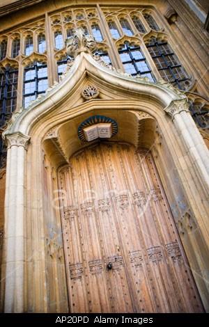 Stenen boek boven ingang van de Bodleian Library in Oxford