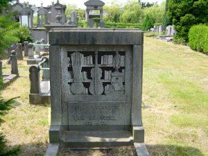 Stenen boekenkast op graf Schoonselhof, Antwerpen