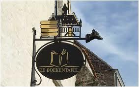 Uithangbord van boekwinkel 'de Boekentafel on boekenstad Damme, België