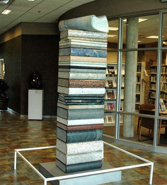 Boekentoren van steen en marmer door Wolfgang Kobach en Anna Kubach-Wilmsen