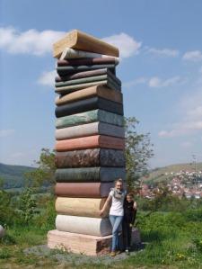 Boekentoren, vervaardigd door Wolfgang Kobach (1936-2007) en Anna Maria Kubach-Wilmsen