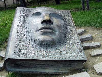 Boek en hoofd in brons, China