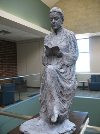 Lezende vrouw in brons. Georgetown Public Library, Texas, USA