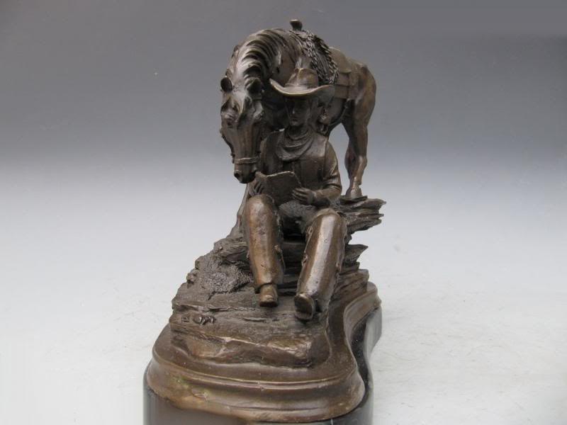 Bronzen beeld van man met boek en paard