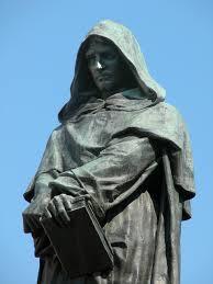 Girodano Bruno (1548-1600). Priester, schrijver, vrijdenker. Eindigde zijn leven vroegtijdig op de brandstapel. Zijn boeken waren door de r.k.kerk op de Index van verboden boeken geplaatst. Standbeeld van Bruno bevindt zich in Rome