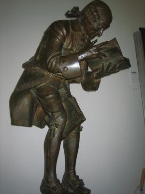 Beeld van 'der Bücherwurm' in de Murhardsche Bibliotheek, Universiteit Kassel
