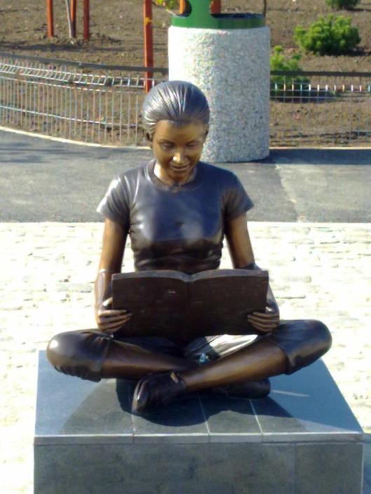 Beeld van lezeres in Bukarest, Roemenië (Bianca Gheorghescu)