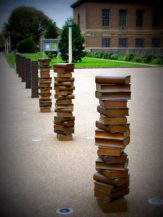 Kunstwerk van boeken in brons, Universiteitsbibliotheek Cambridge (Alissa Brussilovsky Bassignani)