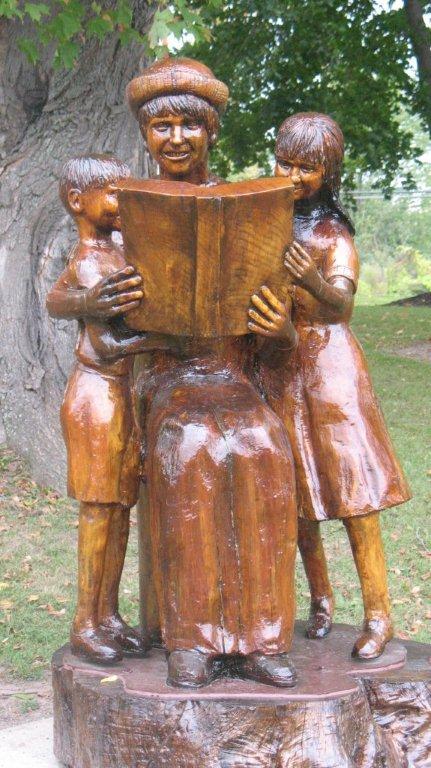 Houten beeld ter nagedachtenis van Carol O'Conner (overleden in 2003) in de Literary Children Garden te Rochester, New York