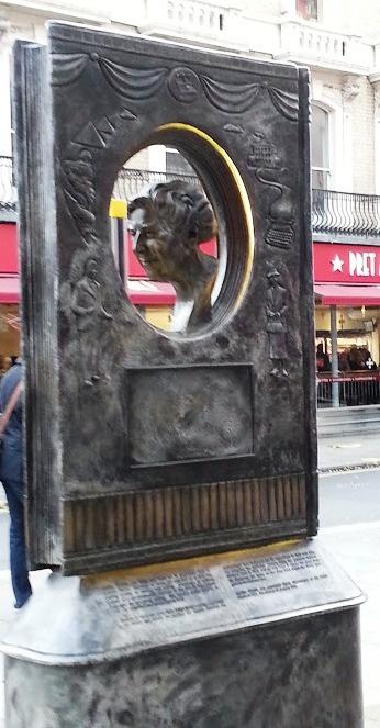 Bronzen monument voor Agatha Christie in Cranbourn Street, Londen-West