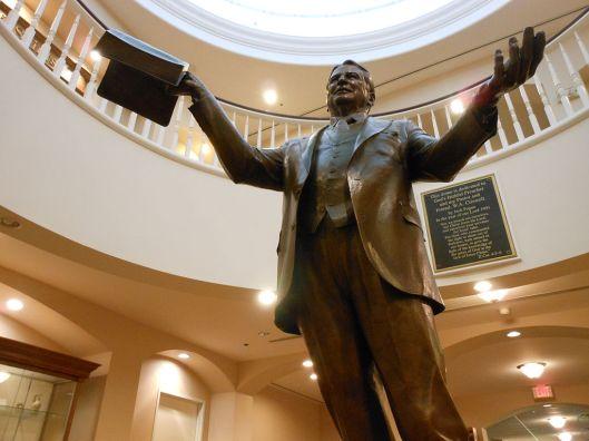 W.A.Criswell (1909-2002). Amerikaans Baptist-predikant, auteur en oprichter van Criswell-college in Dallas, alwaar zich zijn standbeeld bevindt (Wikipedia)
