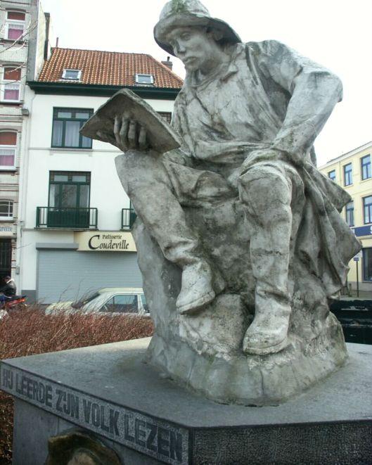 Beeld van Hendrik Conscience in Blankenberge 'Hij leerde zijn volk' lezen (Kris Vandevorst, 2002)