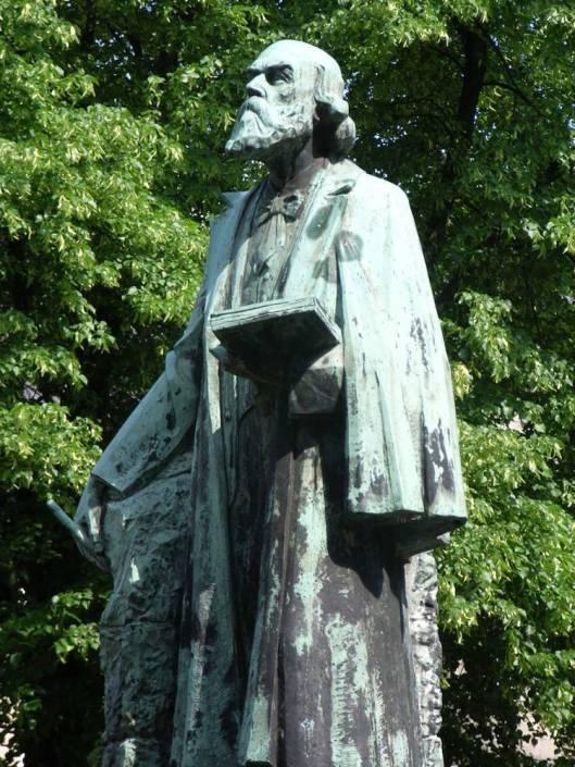 Standbeeld van architect P.J.H. (Pierre) Cuypers (1827-1921) door August Falize, geplaatst op het Munsterplein in Roermond.