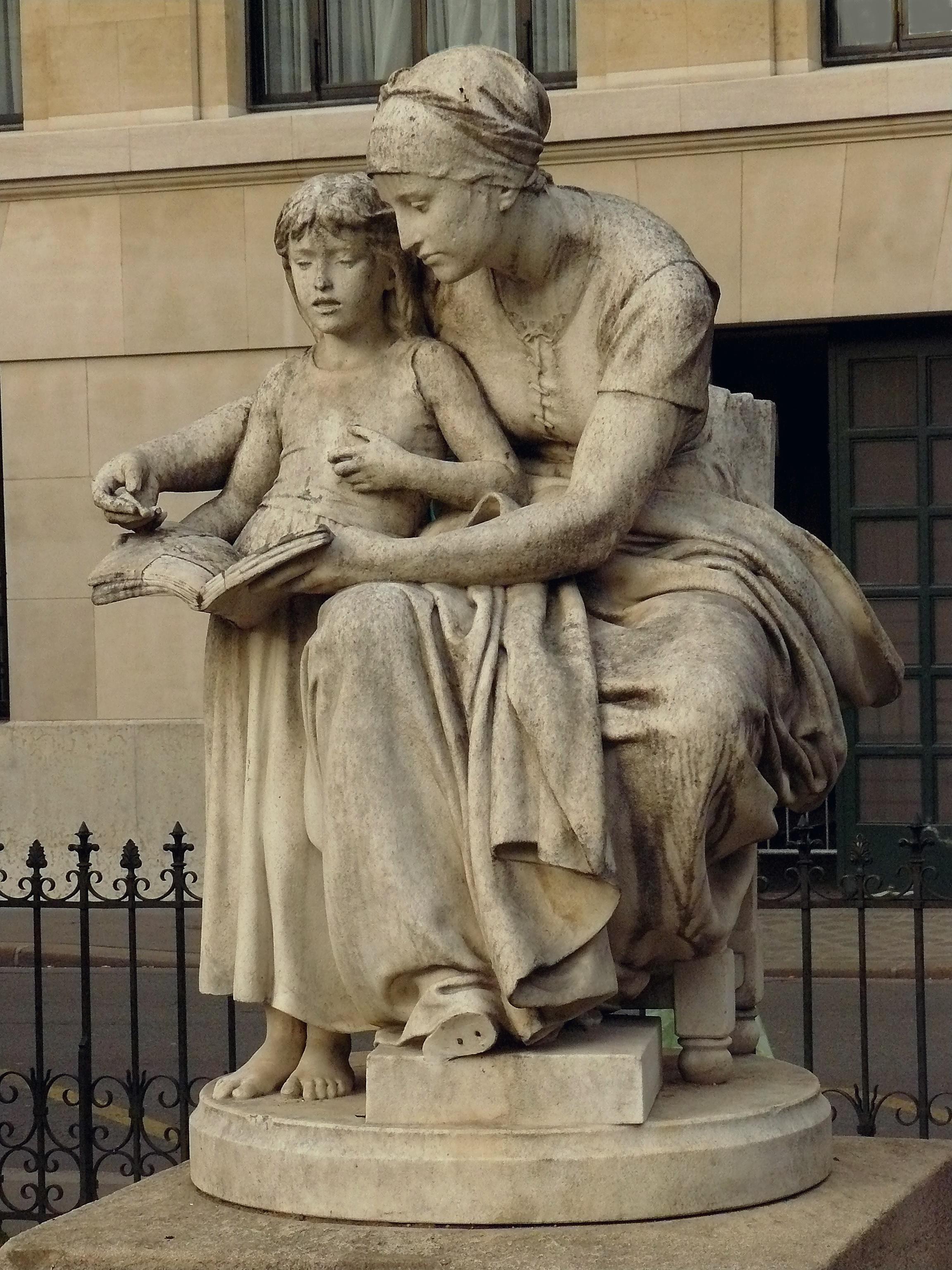 Sculptuur in Paris door Eugène Delaplanche voorstellende de Heilige Anna die uit de bijbel voorleest aan Mara