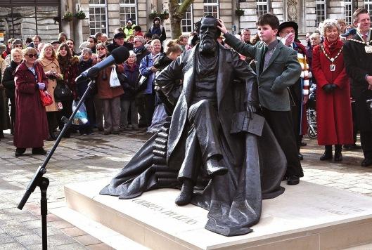Onthulling van een standbeeld in herinnering aan Charles Dickens vervaardigd door Martin Jennings in Portmouth. Rechts van het beeld de jonge nazaat Gerald Dickens, 14 februari 2014