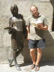 Frank Divendal naast een lezende studente in Brons, Madrid