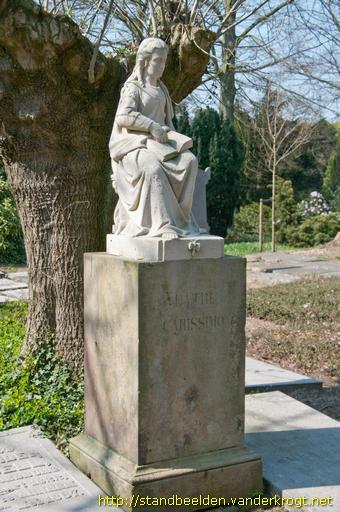 Stenen beeld van een zittende vrouw met boek op de algemene begraafplaats in Doesburg (foto Van der Krogt)