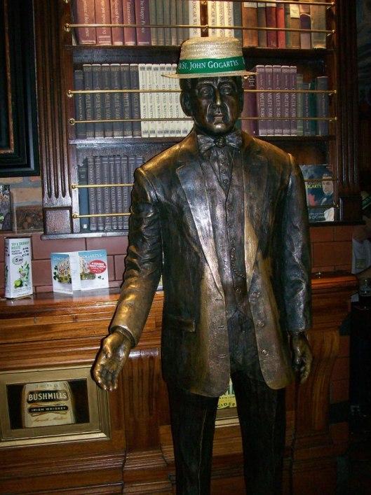 Beeld van John Gagantys voor decoratieve bibliotheek in een pub (Temple Bar) in Dublin, Ierland