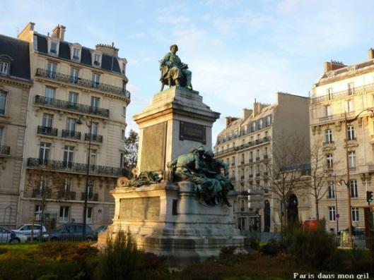 Aleaxandre Dumas (1802-1870), schrijver van historische romans zoals 'De drie musketiers. Standbeeld van Dumas met voor zich een open boek, geplaatst in het 17e arrondissement van Parijs. Op piëdestal drie personen die een boek lezen, een allegorie op de literatuur. (Paris dans un oeil)