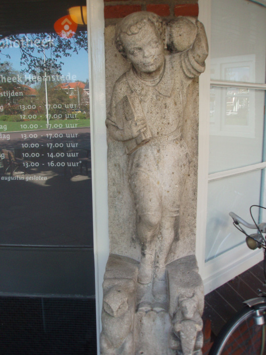 Natuurstenen sculpuur uit 1930 van H.A.van den Eijnde voor vm. Dreefschool, thans bibliotheek Heemstede.