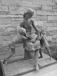 Moeder leest voor. Beeld door Frank Eliscu. Elmhurst, Illinois Library Book Monuments