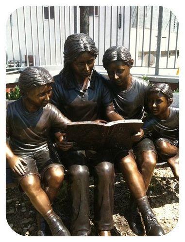 'Reading a Book', beeld bij de Enoch Pratt Free Library in Baltimore, USA